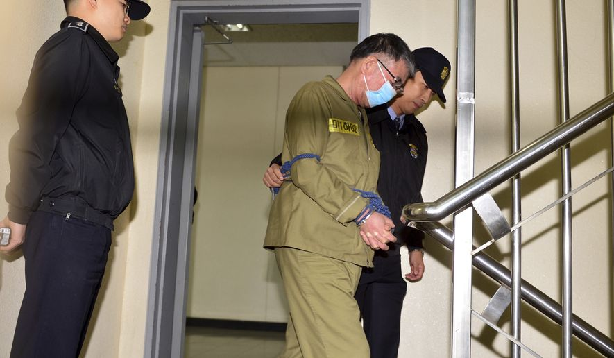 Lee Joon-seok, the captain of the sunken South Korean ferry Sewol, second from right, arrives at Gwangju District Court in Gwangju, South Korea, Monday, Oct. 27, 2014. (AP Photo/Yonhap, Park Chul-hong) ** FILE **
