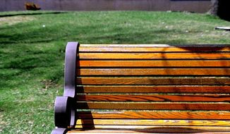 Park bench (Wikimedia Commons) ** FILE **