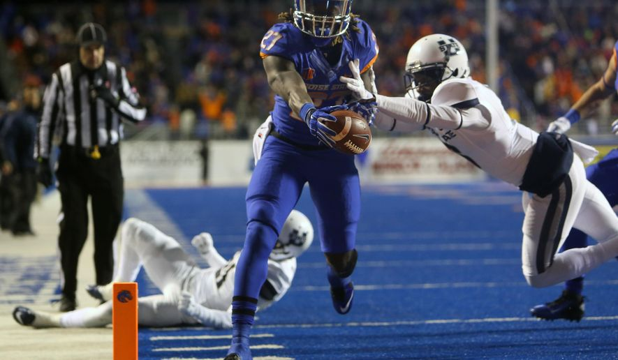 Boise State running back Jay Ajayi scores against Utah State during the first quarter of an NCAA college football game, Saturday, Nov. 29, 2014 in Boise, Idaho. (AP Photo/The Idaho Statesman, Kyle Green)  LOCAL TELEVISION OUT (KTVB 7); MANDATORY CREDIT