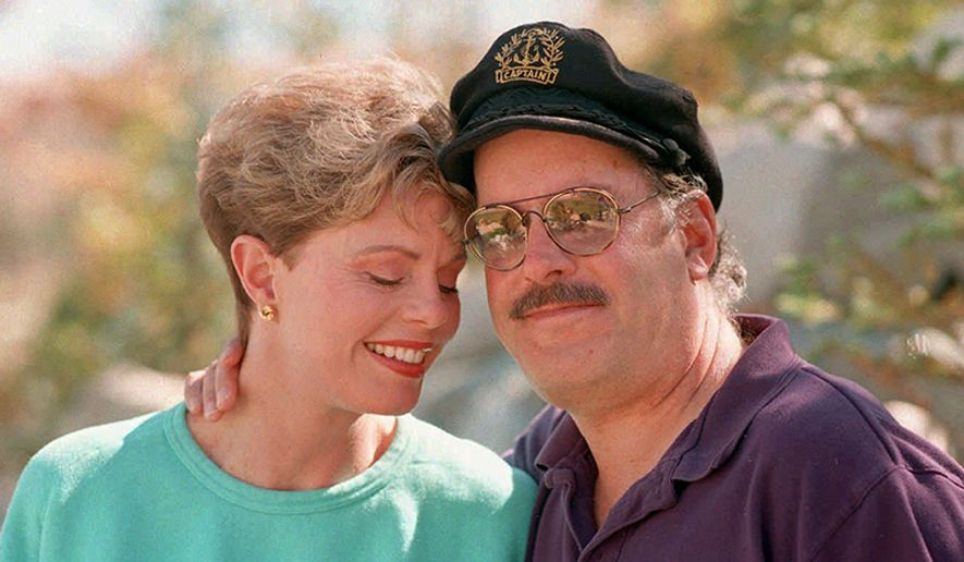 """Toni Tennille, left,  and  Daryl Dragon, the singing duo The Captain and Tennille, pose during an interview at their home in Washoe Valley, south of Reno, Nevada, on Wednesday, October 25, 1995.  The Captain and Tennille will celebrate the 20th anniversary of their first hit """"Love Will Keep Us Together."""" It was reported that in January 2014, Toni Tennille filed for divorce from her husband. (AP Photo/David B. Parker)"""