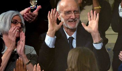 Alan Gross (C), the US contractor released from prison in Cuba last month, is applauded during US President Barack Obama's State of the Union address at the US Capitol in Washington on January 20, 2015.  AFP PHOTO/POOL/MANDEL NGAN