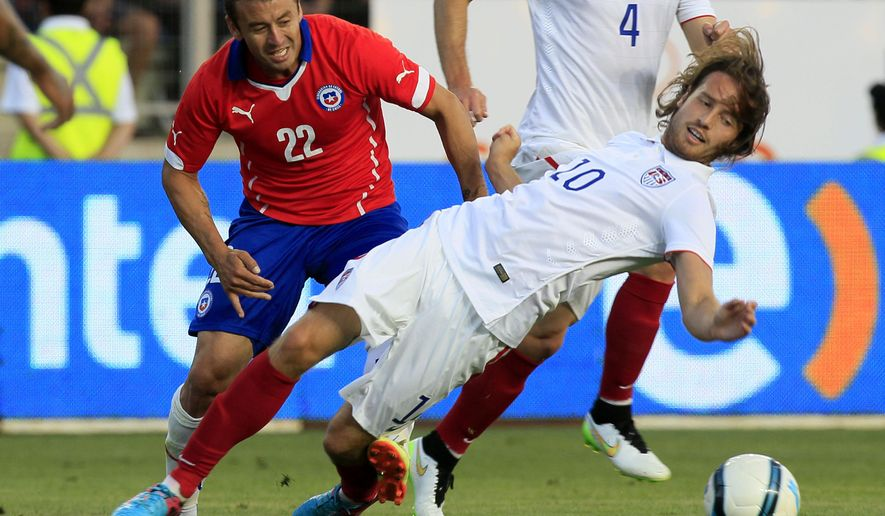U.S. player Mix Diskerud, front right, fights for the ball with Chile's Roberto Gutierrez during a friendly soccer match in Rancagua, Chile, Wednesday, Jan. 28, 2015. (AP Photo/Luis Hidalgo)