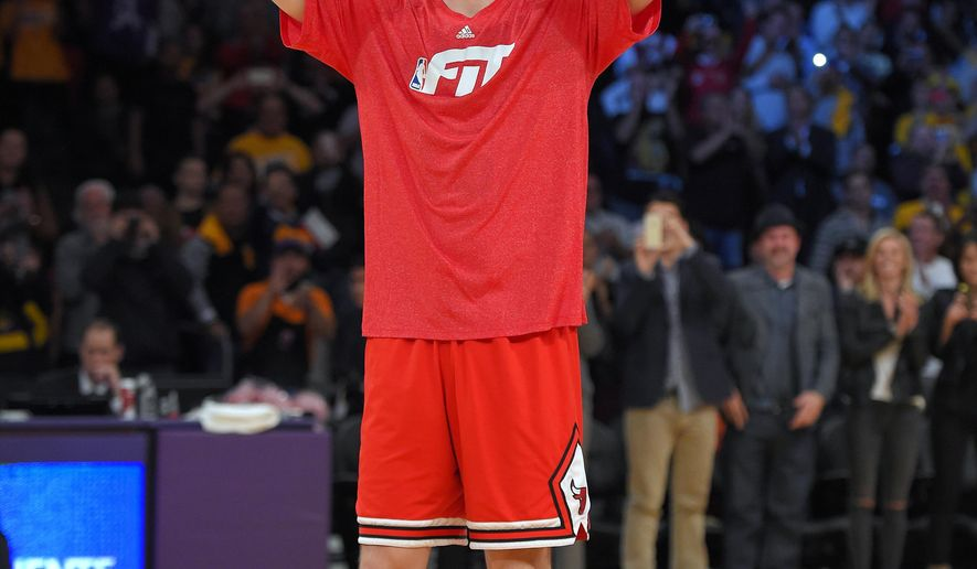 Former Los Angeles Laker and current Chicago Bulls forward Pau Gasol acknowledges a cheering crowd prior to the Bulls' NBA basketball game against the Lakers, Thursday, Jan. 29, 2015, in Los Angeles. (AP Photo/Mark J. Terrill)