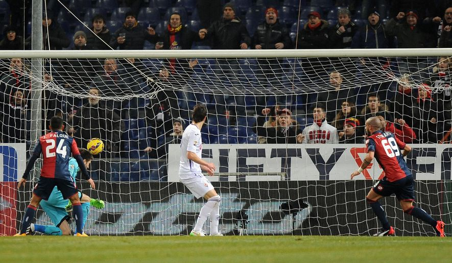 Genoa's Stefano Sturaro, right, scores, during a Serie A soccer match between Genoa and Fiorentina, in Genoa's Luigi Ferraris Stadium, Italy, Saturday, Jan. 31, 2015. (AP Photo/Tano Pecoraro)