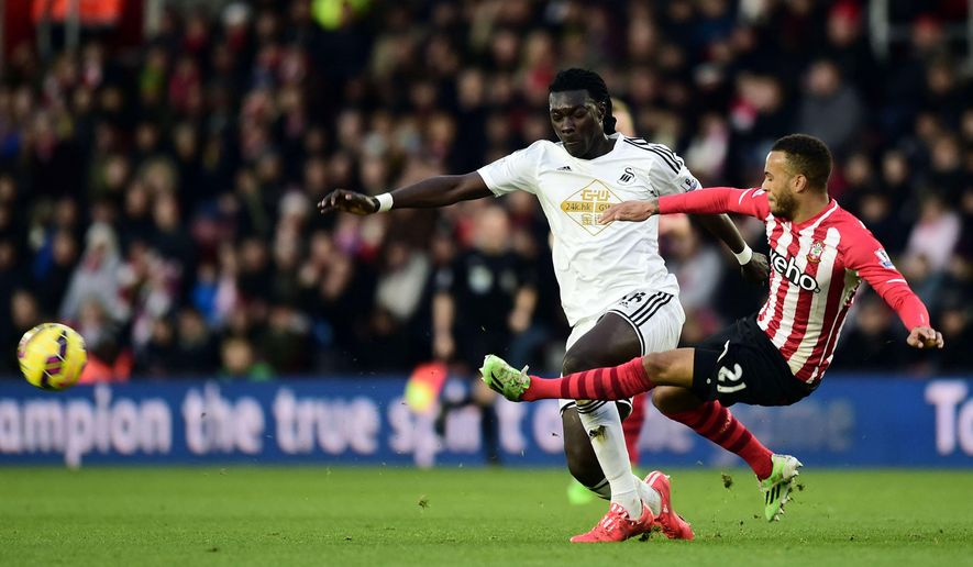Southampton's Ryan Bertrand, right, and Swansea's Bafetimbi Gomis battle for the ball during their English Premier League soccer match at St Mary's, Southampton, England, Sunday, Feb. 1, 2015. (AP Photo/Adam Davy, PA Wire)     UNITED KINGDOM OUT      -    NO SALES     -     NO ARCHIVES