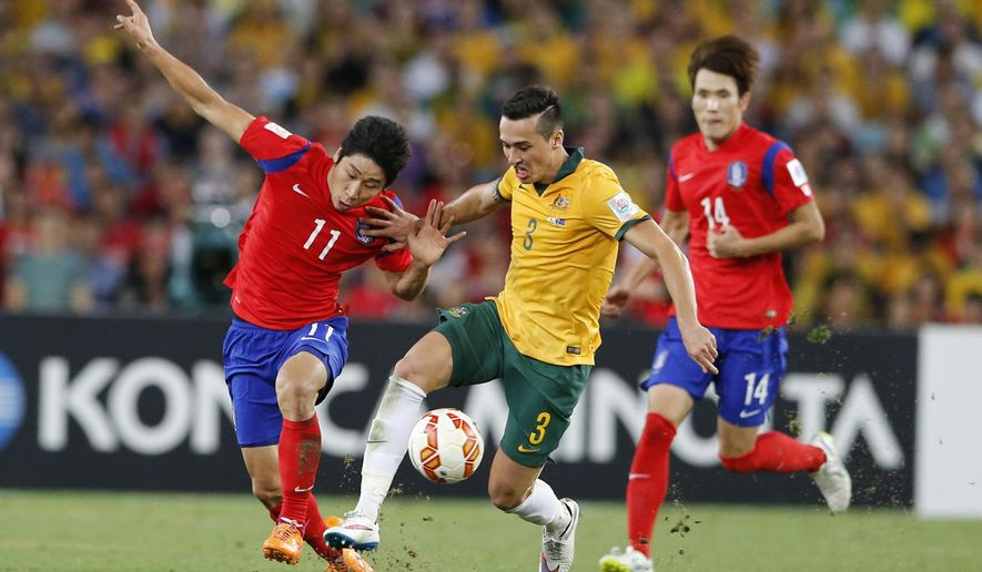 Australia's Jason Davidson, center, and South Korea's Lee Keun Ho scramble for the ball during the AFC Asian Cup final soccer match between South Korea and Australia in Sydney, Australia, Saturday, Jan. 31, 2015. Australia beat South Korea 2-1. (AP Photo/Quentin Jones)