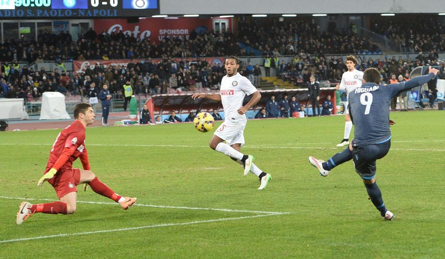 Napoli's Gonazlo Higuain, right, scores during the Italian Cup quarter final soccer match against Inter of Milan in Naples, Italy, Wednesday, Feb. 4, 2015. (AP Photo/Ciro Fusco, ANSA)