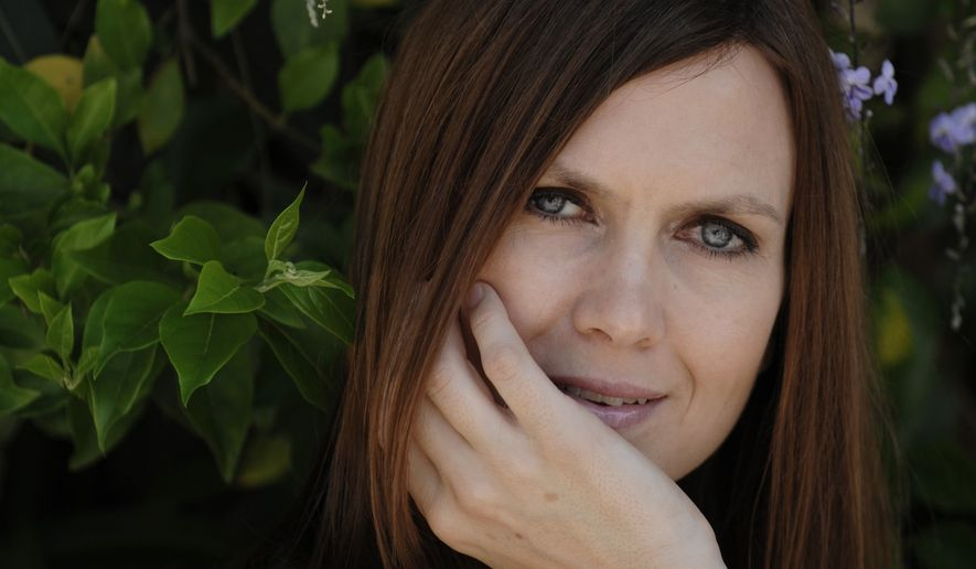 Singer/songwriter Juliana Hatfield poses for a portrait in the Marina del Rey section of Los Angeles, Tuesday, Aug. 26, 2008. (AP Photo/Chris Pizzello)