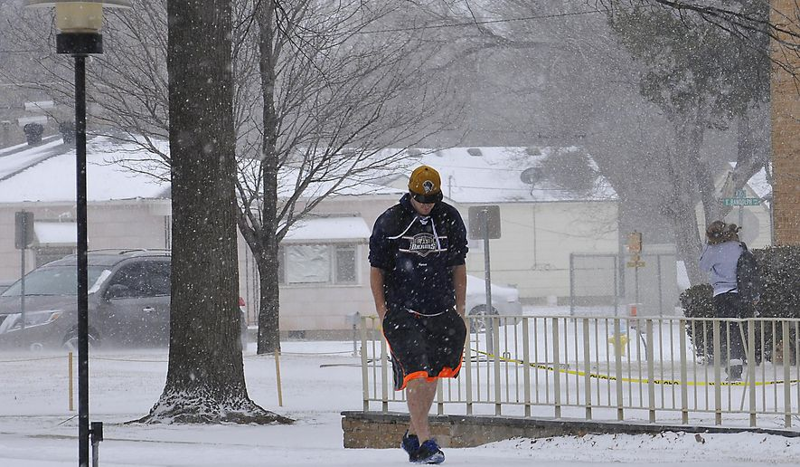 Students walk across the NOC Enid campus through the snow Wednesday, March 4, 2015, in Enid, Okla. (AP Photo/Enid News & Eagle, Billy Hefton)