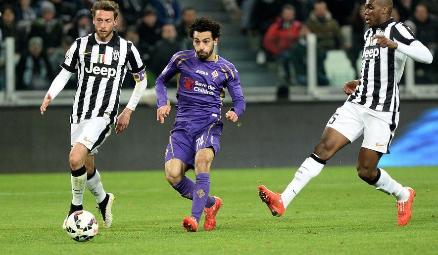 Fiorentina' Mohamed Salah, center, scores a goal during an Italian Cup semifinal first leg soccer match between Juventus and Fiorentina, at the Juventus stadium in Turin, Italy, Thursday, March 5, 2015. (AP Photo/Massimo Pinca)