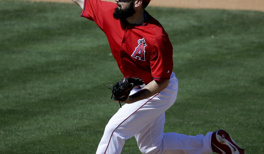 Los Angeles Angels starting pitcher Matt Shoemaker throws during the fourth inning of a spring training baseball exhibition game against the Seattle Mariners in Tempe, Ariz., Monday, March 23, 2015. (AP Photo/Chris Carlson)