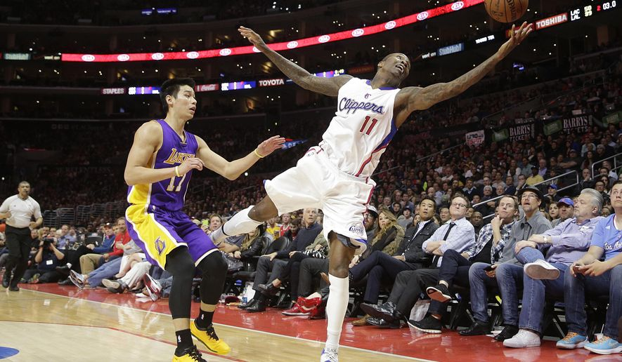 Los Angeles Clippers' Jamal Crawford, right, tries to grab a pass next to Los Angeles Lakers' Jeremy Lin during the first half of an NBA basketball game, Tuesday, April 7, 2015, in Los Angeles. (AP Photo/Jae C. Hong)