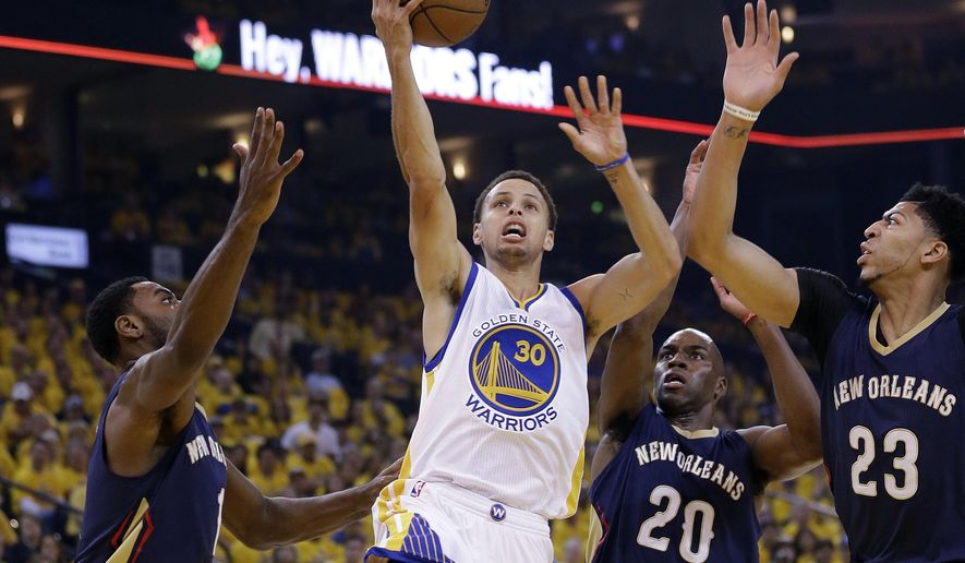 Golden State Warriors' Stephen Curry (30) shoots past New Orleans Pelicans' Tyreke Evans, left, Quincy Pondexter (20) and Anthony Davis (23) during the first half in Game 1 of the NBA basketball playoffs Saturday, April 18, 2015, in Oakland, Calif. (AP Photo/Marcio Jose Sanchez)