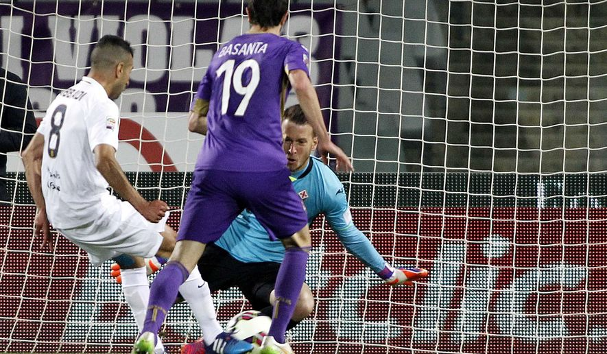 Verona's Mounir Obbadi, left, scores during a Serie A soccer match between Fiorentina and Verona at the Artemio Franchi stadium in Florence, Italy  Monday, April 20,  2015. (AP Photo/Fabrizio Giovannozzi)