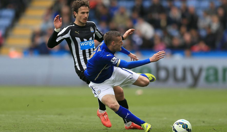 Newcastle United's Daryl Janmaat, left, challenges Leicester City's Jamie Vardy for the ball and is shown a red card by referee Mike Dean during their English Premier League soccer match at the King Power Stadium, Leicester, England, Saturday, May 2, 2015. (Nigel French/PA via AP)       UNITED KINGDOM OUT     -     NO SALES     -     NO ARCHIVES
