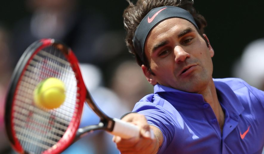Switzerland's Roger Federer returns the ball to France's Gael Monfils during their fourth round match of the French Open tennis tournament at the Roland Garros stadium, Monday, June 1, 2015 in Paris. Federer won 6-3, 4-6, 6-4, 6-1. (AP Photo/David Vincent)