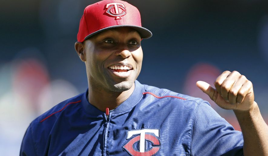 Minnesota Twins' Torii Hunter takes the field for batting practice before playing the Texas Rangers, Friday, June 12, 2015, in Arlington, Texas. (AP Photo/Ron Jenkins)