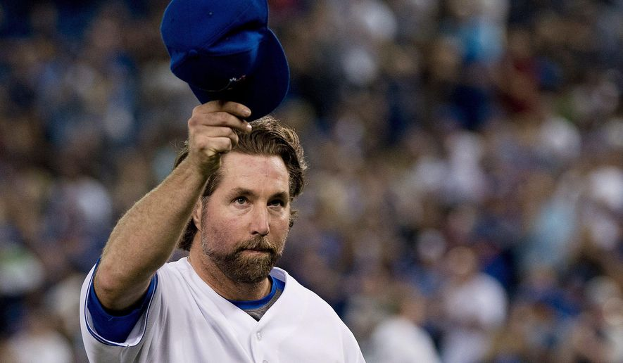 Toronto Blue Jays starting pitcher R.A. Dickey tips his cap to the crowd as he leaves the baseball game against the New York Mets during eighth inning Thursday, June 18, 2015, in Toronto. (Nathan Denette/The Canadian Press via AP)