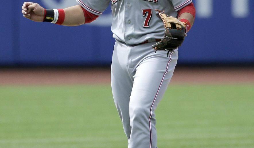 Cincinnati Reds shortstop Eugenio Suarez reacts after committing a fielding error during the thirteenth inning of Saturday's suspended baseball game against the New York Mets at Citi Field, Sunday, June 28, 2015, in New York. The Mets defeated the Reds 2-1. (AP Photo/Seth Wenig)