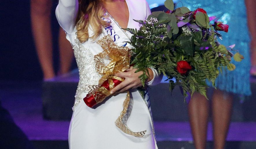 Miss Mississippi 2015 Hannah Roberts waves to the audience after being named the winner during the contest Saturday, June 27, 2015 in Vicksburg, Miss. (AP Photo/Rogelio V. Solis)