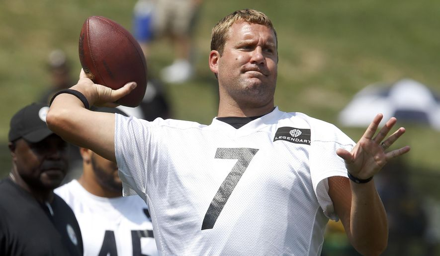 Pittsburgh Steelers quarterback Ben Roethlisberger throws a warmup pass during practice at NFL football training camp in Latrobe, Pa., Sunday, July 26, 2015. (AP Photo/Keith Srakocic)