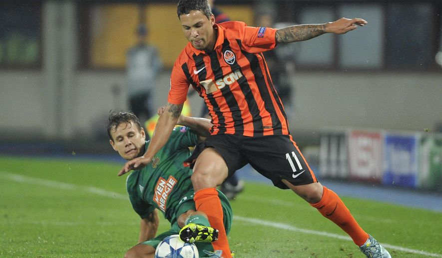 Rapid's Louis Schaub, left, and Shakhtar's Marlos challenge for the ball during their UEFA Champions League play-off first leg soccer match between SK Rapid Wien and FC Shakhtar Donetsk in Vienna, Austria, Wednesday, Aug. 19, 2015. (AP Photo/Hans Punz)