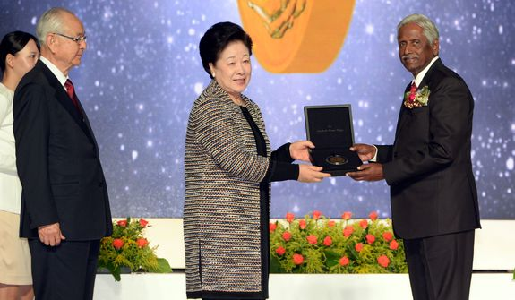 Dr. Hak Jan Han Moon presents the first-ever Sunhak Peace Award to Indian fisheries scientist Dr. M. Vijay Gupta in Seoul, South Korea, on Friday (Aug. 28). Source: Segye Times.