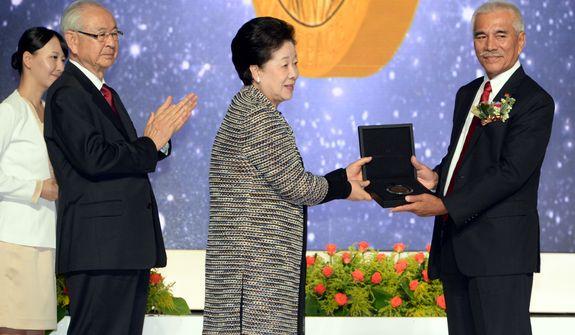 Dr. Hak Ja Han Moon awards the new Sunhak Peace Prize to Anote Tong, the president of the tiny Pacific island of Kiribati. Source: Segye Times.
