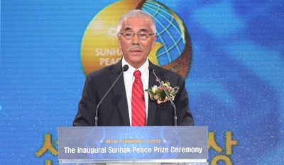 Anote Tong, the president of the tiny Pacific island of Kiribati, speaks in Seoul, South Korea, after receiving the first-ever Sunhak Peace Prize.