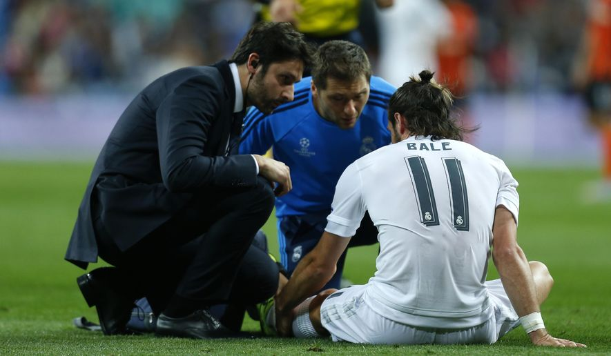 Real Madrid's Gareth Bale holds his calf before walking off the pitch during a Group A Champions League soccer match between Real Madrid and Shakhtar Donetsk at the Santiago Bernabeu stadium in Madrid, Spain, Tuesday, Sept. 15, 2015. (AP Photo/Francisco Seco)