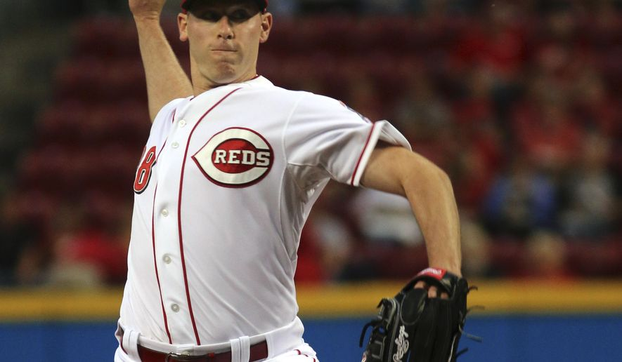 Cincinnati Reds Anthony DeSclafani pitches against the New York Mets during the first inning of a baseball game in Cincinnati, Friday, Sept. 25, 2015. (AP Photo/Tom Uhlman)
