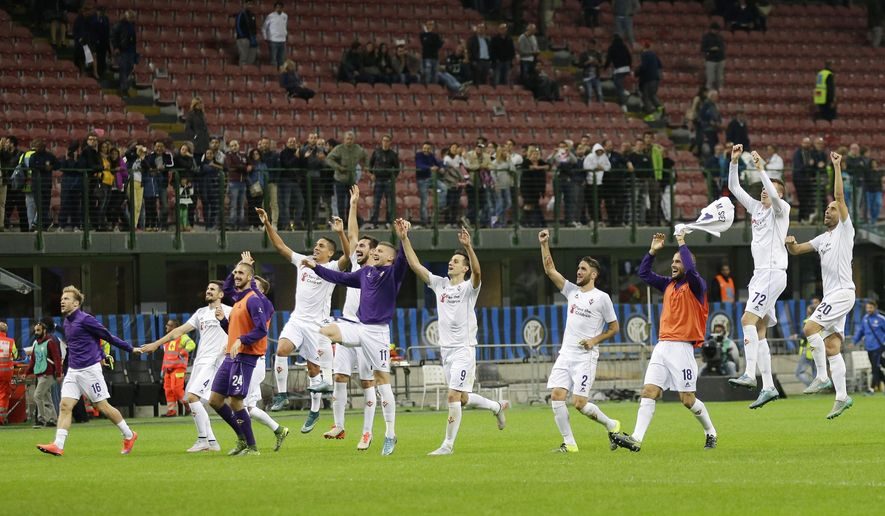 Fiorentina players celebrate after winning the Serie A soccer matchagainst Inter Milan at the San Siro stadium in Milan, Italy, Sunday, Sept. 27, 2015. Fiorentina trashed Inter 4 - 1. (AP Photo/Antonio Calanni)