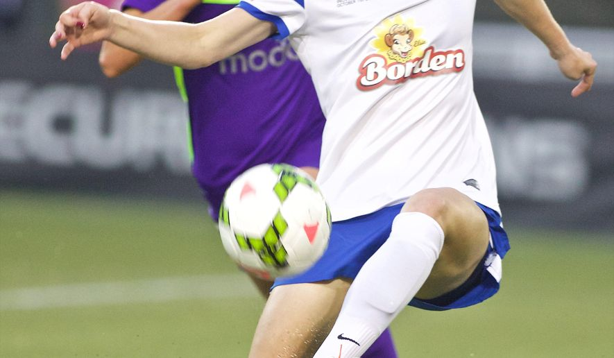 FC Kansas City defender Becky Sauerbrunn passes the ball during the first half of the NWSL soccer championship match in Portland, Ore., Thursday, Oct. 1, 2015. (AP Photo/Craig Mitchelldyer)