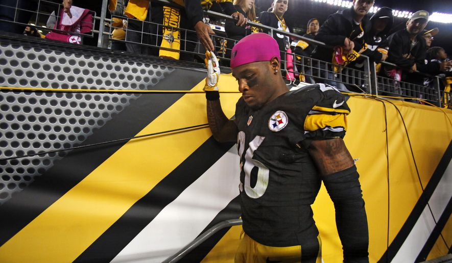 Pittsburgh Steelers running back Le'Veon Bell leaves the field after a 23-20 overtime loss to the Baltimore Ravens in an NFL football game in Pittsburgh, Thursday, Oct. 1, 2015. (AP Photo/Gene J. Puskar)