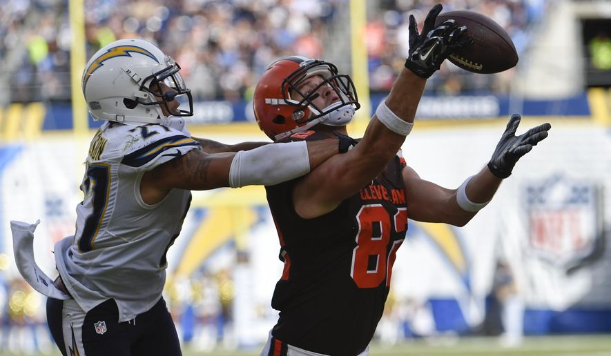 Cleveland Browns tight end Gary Barnidge, right, makes a catch inside the one-yard line as San Diego Chargers strong safety Jimmy Wilson looks on during the second half in an NFL football game Sunday, Oct. 4, 2015, in San Diego. (AP Photo/Denis Poroy)