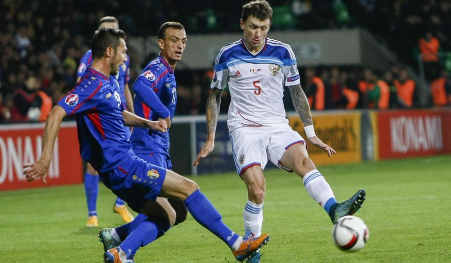 Moldova's Vitalie Bordian, left, and Alexandru Onica, center, challenge Russia's Pavel Mamaev, right, during the Euro 2016 group G, qualifying match between Moldova and Russia, at the Zimbru Stadium, in Chisinau, Moldova, Friday, Oct. 9, 2015. (AP Photo/Roveliu Buga)