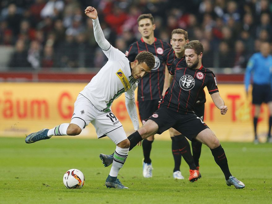 Frankfurt's Marc Stendera, right, and Moenchengladbach's Fabian Johnson challenge for the ball during a German Bundesliga soccer match between Eintracht Frankfurt and Borussia Moenchengladbach in Frankfurt, Germany, Saturday, Oct. 17, 2015. (AP Photo/Michael Probst)