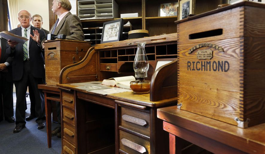 New Hampshire Secretary of State Bill Gardner, left, announces the historic desk that will be used by candidates for this cycles' New Hampshire presidential primary filing period Thursday, Oct. 29, 2015, in Concord, N.H., as part of the 100th anniversary of the state's presidential primary. The filing period begins Wednesday Nov. 4 and ends Friday Nov. 20. (AP Photo/Jim Cole)