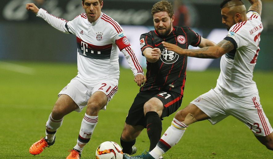 Frankfurt's Marc Stendera, center, and Bayern's Philipp Lahm, left, and Bayern's Arturo Vidal challenge for the ball during a German Bundesliga soccer match between Eintracht Frankfurt and Bayern Munich in Frankfurt, Germany, Friday, Oct. 30, 2015. (AP Photo/Michael Probst)