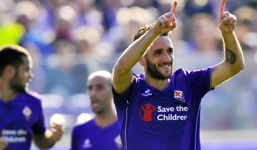 Fiorentina's Gonzalo Rodriguez celebrates after scoring during the Italian Serie A soccer match between Fiorentina and Frosinone at the Artemio Franchi stadium in Florence, Italy, Nov. 1 2015. (Maurizio Degl' Innocenti/ANSA via AP Photo) ITALY OUT