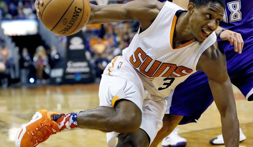 Phoenix Suns' Eric Bledsoe (3) drives past Sacramento Kings' Omri Casspi, of Israel, during the second half of an NBA basketball game, Wednesday, Nov. 4, 2015, in Phoenix. (AP Photo/Matt York)