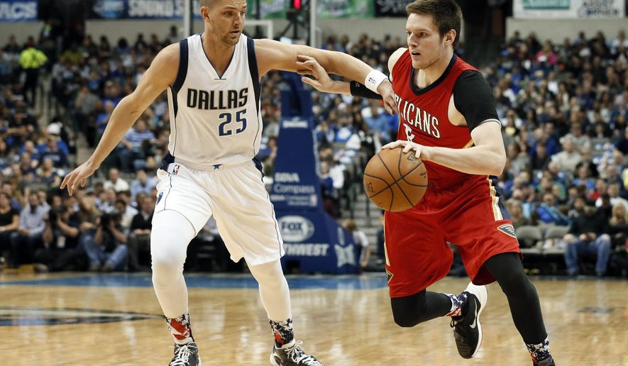 Dallas Mavericks' Chandler Parsons (25) defends as New Orleans Pelicans forward Luke Babbitt (8) moves the ball to the basket in the first half of an NBA basketball game Saturday, Nov. 7, 2015, in Dallas. (AP Photo/Tony Gutierrez)