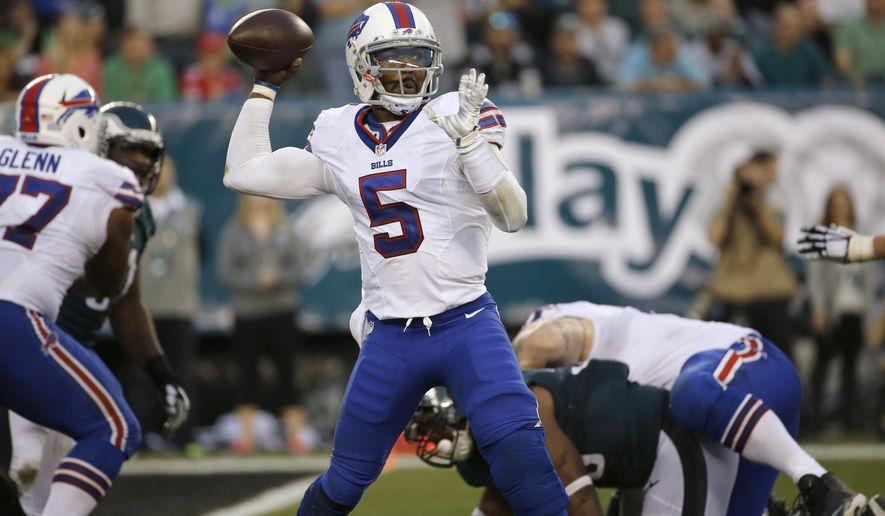 Buffalo Bills' Tyrod Taylor passes during the second half of an NFL football game against the Philadelphia Eagles, Sunday, Dec. 13, 2015, in Philadelphia. (AP Photo/Michael Perez)