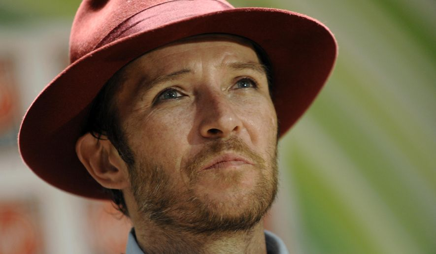 """FILE - In this Nov. 24, 2008 file photo, musician Scott Weiland poses before signing copies of his new CD, """"Happy in Galoshes,"""" in Los Angeles. Authorities say, Friday, Dec. 18, 2015, that the former Stone Temple Pilots frontman died of a toxic mix of drugs, which included cocaine. (AP Photo/Chris Pizzello)"""