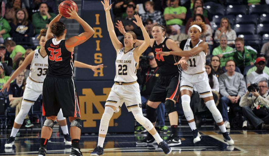 Oregon State forward Deven Hunter throws a pass around Notre Dame guard Madison Cable (22), Oregon State center Ruth Hamblin (44) and Notre Dame forward Brianna Turner (11) during the first half of an NCAA college basketball game, Monday Dec. 28, 2015 in South Bend, Ind. (AP Photo/Joe Raymond)