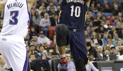 New Orleans Pelicans guard Eric Gordon, right, drives to the basket against Sacramento Kings guard Marco Belinelli, of Italy, during the first quarter of an NBA basketball game Wednesday, Jan. 13, 2016, in Sacramento, Calif. (AP Photo/Rich Pedroncelli)
