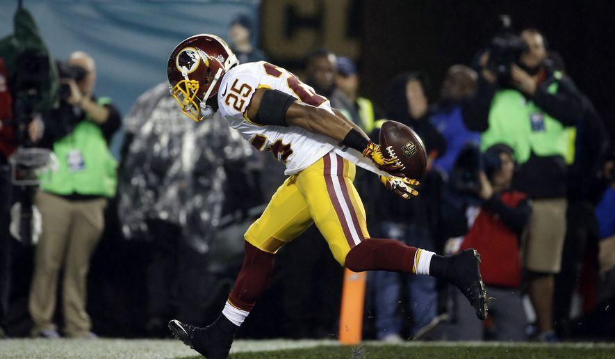 Washington Redskins' Chris Thompson scores a touchdown in the second half of an NFL football game against the Philadelphia Eagles, Saturday, Dec. 26, 2015, in Philadelphia.  (AP Photo/Michael Perez)