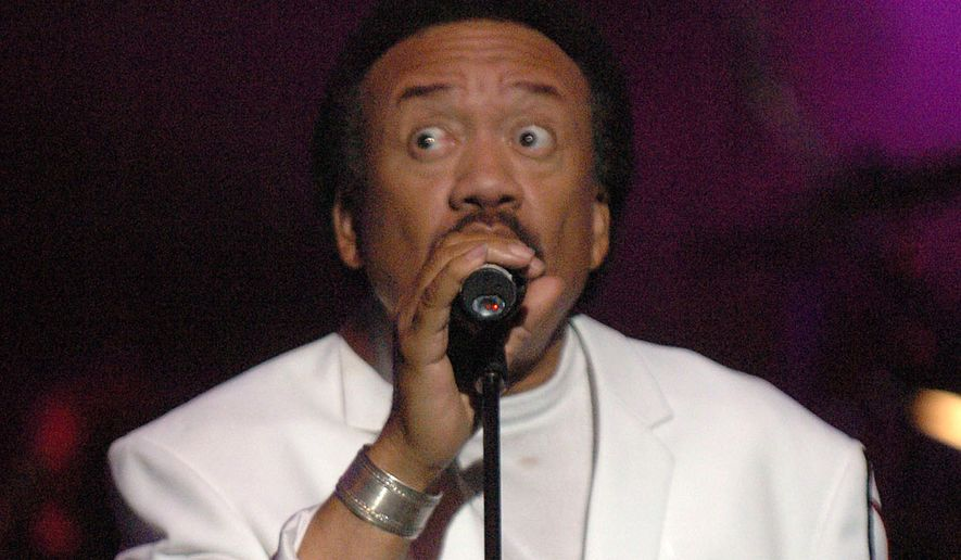 "Maurice White performs at the Earth, Wind & Fire ""Grammy Jam"" event at The Wiltern LG in Los Angeles on Dec. 11, 2004. (Associated Press)"