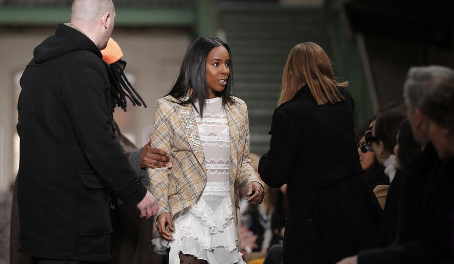 U.S singer Kelly Rowland, center,  arrives to attend John Galliano's Fall-Winter 2016-2017 ready to wear fashion collection, Sunday, March 6, 2016 in Paris. (AP Photo/Thibault Camus)