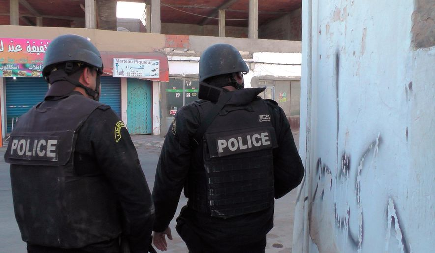 Tunisian police officers take positions during clashes with militants in Ben Guerdane, 650 km away from Tunis, Monday, March 7, 2016. At least 45 people were killed Monday near Tunisia's border with Libya in one of the deadliest clashes seen so far between Tunisian forces and extremist attackers, the government said. (AP Photo)